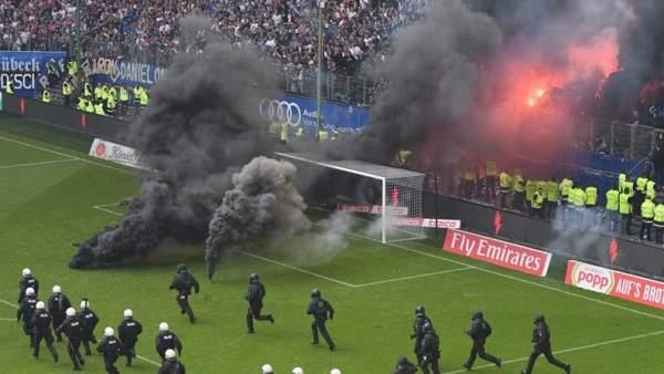El Hamburgo desciende por primera vez en su historia y sus fanáticos provocan un incendio en el estadio