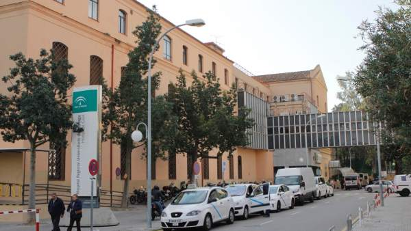 La tromba provoca el desprendimiento del falso techo de una planta del Hospital Civil de Málaga.