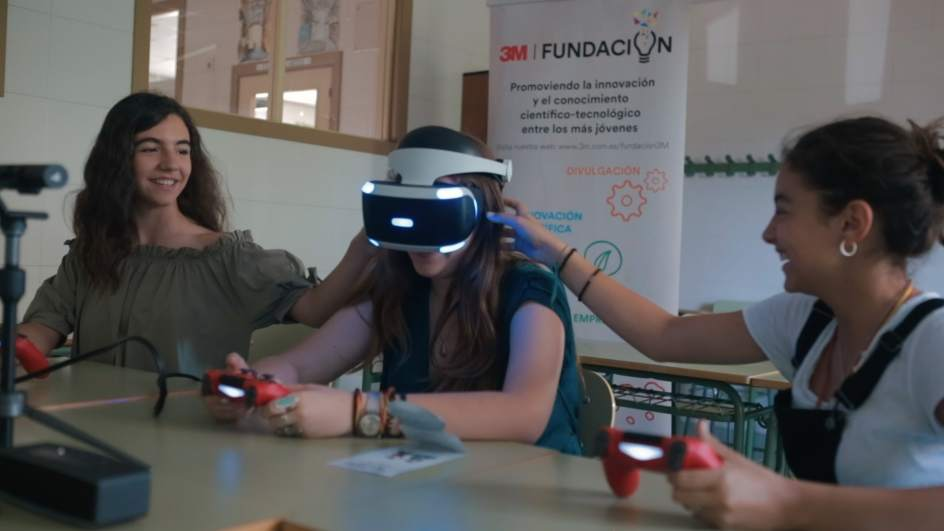 "Gafas de realidad virtual de PlayStation como herramienta educativa para aprender ciencias. ""title ="" Plataforma virtual STEM + VR ""width ="" 656 ""height ="" 369"